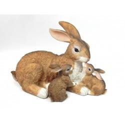 Lièvre et ses petits en résine hauteur 22 cm