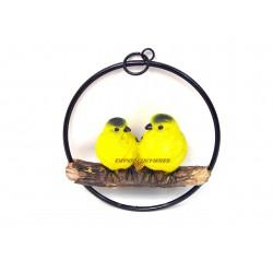 Couple d'oiseaux jaunes en résine sur balançoire en métal