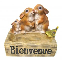 Famille lapin sur abreuvoir en résine hauteur 21 cm